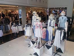 c16cf37131d4 アメリカに本社を置き、世界で550店舗以上を展開するファッションブランドの関西旗艦店でもあるForever21大阪道頓堀店。レディース、メンズ、キッズ、アクセサリーと  ...